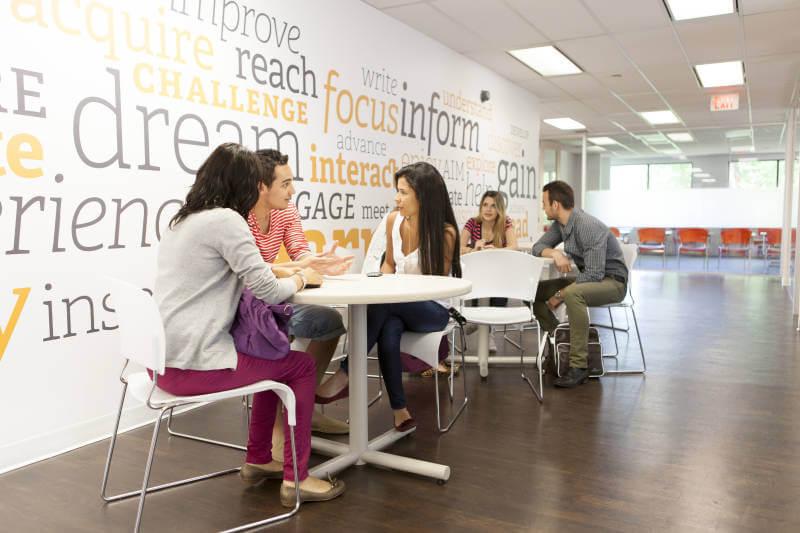 Escola Ec Toronto Lounge Com Estudantes